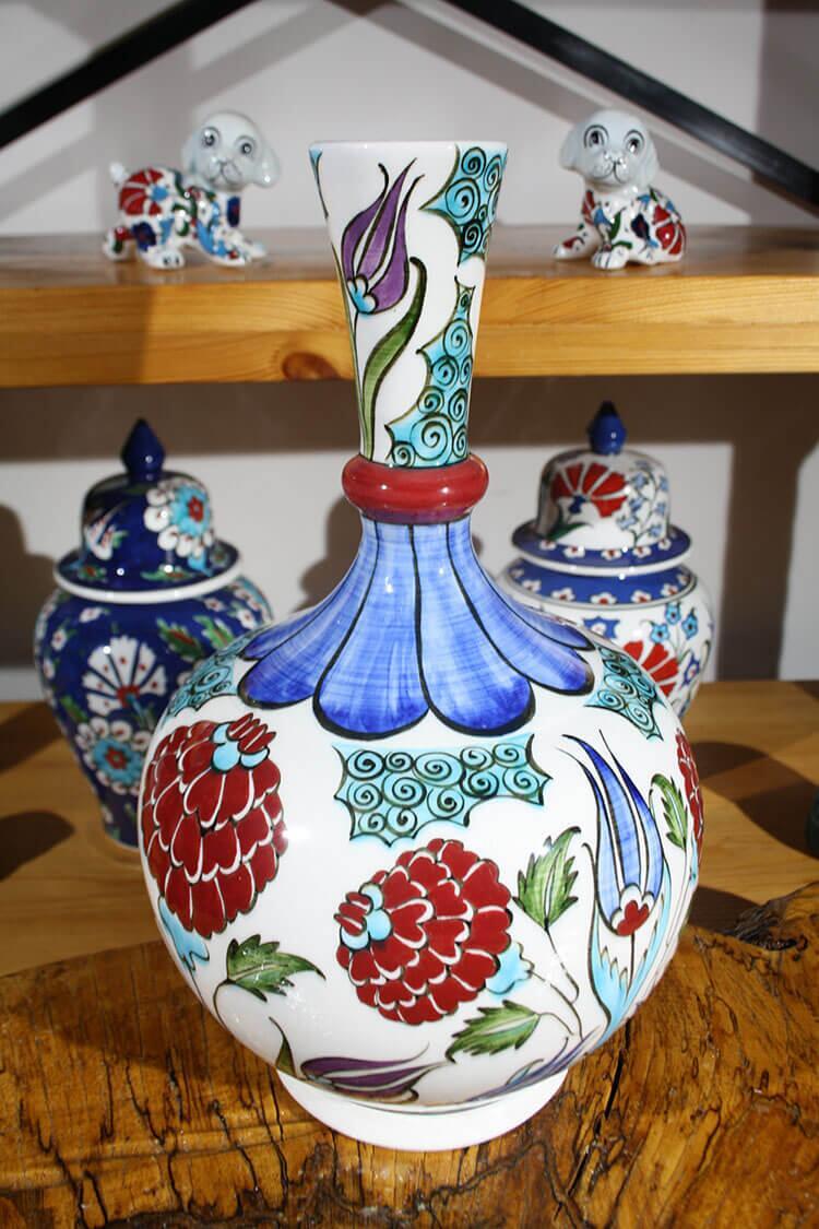 Çiçek Bahçesi Desenli İznik Çini Vazo